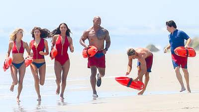 《海滩救护队》首支预告 强森携扎克追查投尸秘密