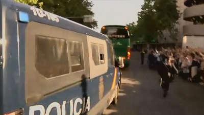 【片段】巴萨大巴遭人海围观 全景俯拍全武装警察开路气氛爆炸