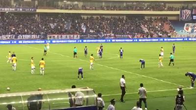 申花1:0申鑫 波耶特赛后举手鼓掌欢庆胜利