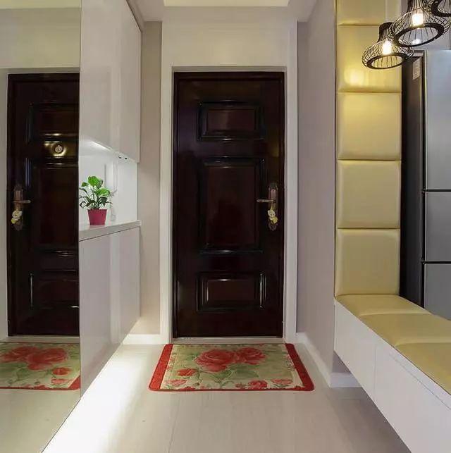 鞋柜一般都是必备的,柜子采用内嵌式设计,中间和底部都加了背景灯带