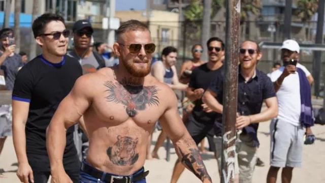和康纳一样的纹身 ▼ 然后他跑去海滩 测试模仿的成功度 结果没有人