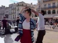 美女特派员巧遇街舞团 一起摇摆嗨翻天