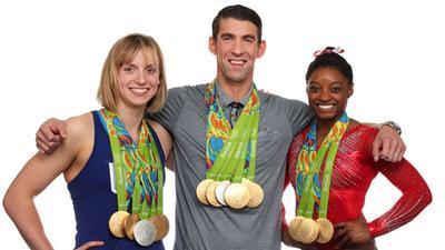别人秀恩爱他们秀金牌 美国三巨星携手拍封面