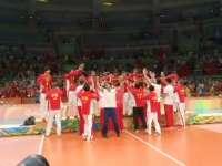 为你们骄傲! 教练组和姑娘们领奖台上击掌狂欢