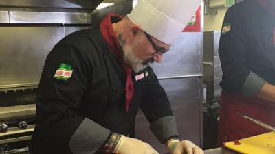 双方主厨斗智斗勇在选食材