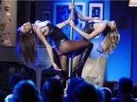 意模黑丝皮靴秀钢管舞 与女伴手握铁棒激情双飞