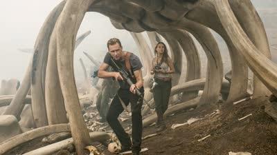 《金刚:骷髅岛》曝光新版正式预告  史上最大金刚手撕飞机