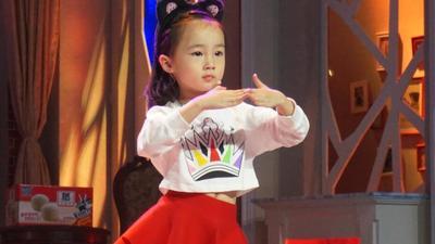 4岁女孩开课教英语