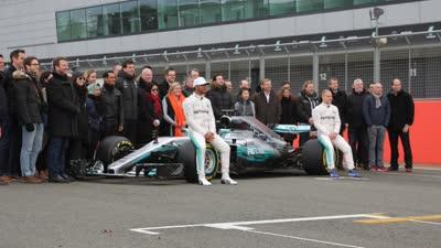 奔驰F1新车亮相 汉密尔顿惊呼亮瞎眼