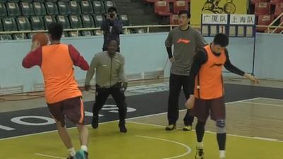 轻松备战G2!广厦众将训练间隙玩投篮比赛