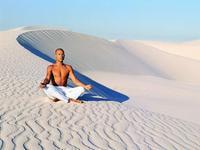 一场身体的洗礼 看肌肉猛男广袤沙漠做瑜伽
