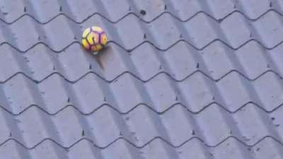这下尴尬了!库尔图瓦解围球上房顶 这一幕熟悉吗