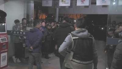 广厦安保严密防守!李春江阔步走出场馆球迷疯狂欢呼