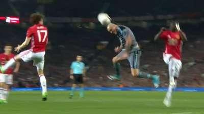 曼联再度逃过一劫 圭德蒂无人盯防头球偏出门柱
