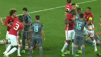 干架!两队拼抢产生冲突 拜利隆卡利亚遭红牌罚下