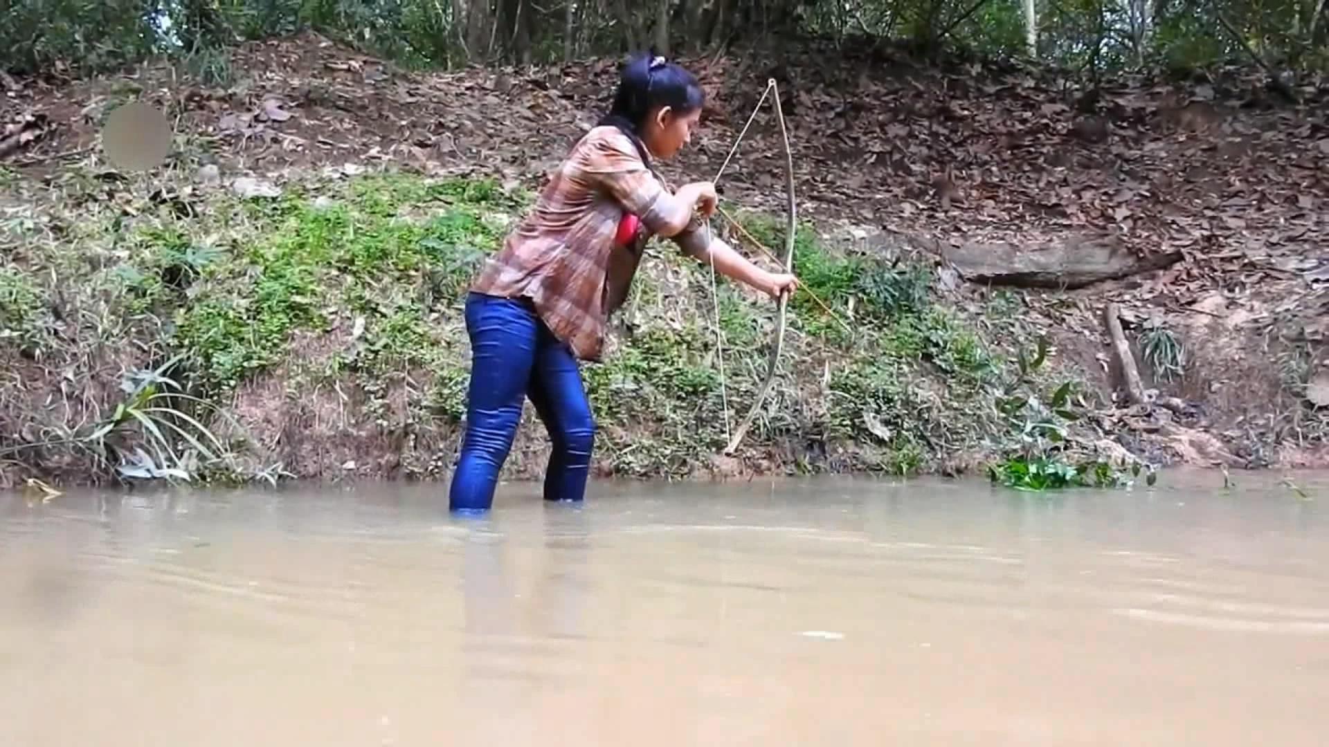 暹粒女子自制工具射鱼 原始技术竹弓箭射巨鱼