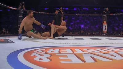 Bellator180惊现双击倒  格斗沙皇菲多遗憾遭KO