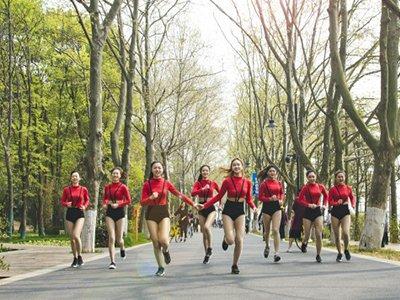 八支啦啦队助力武汉马拉松 洋溢活泼青春气息