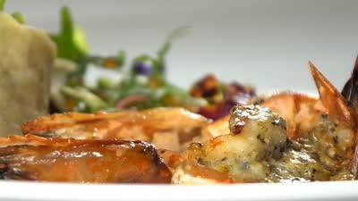 蓝波芝士革木蜜焗老虎虾佐时蔬卷 洪宏星健康美味海鲜料理