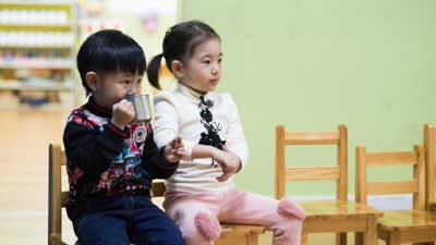 小石头跟姐姐体验幼儿园 石头爸爸首次亮相秀琴艺