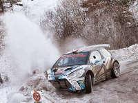 世界汽车拉力锦标赛揭幕战 现场观众助车手驶离冰面