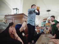 三对三喝啤酒大赛 孔酒缸队完爆刘酒酒队