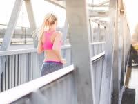 热辣美女健身动力 小动作展现性感肌肉线条