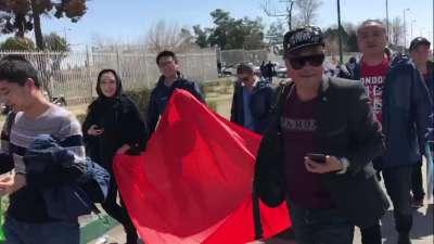 【球迷】中伊战未开球迷先行 手持国旗徒步一公里集结