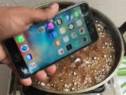 iPhone和可乐一起加热会发生什么?心疼了我30秒