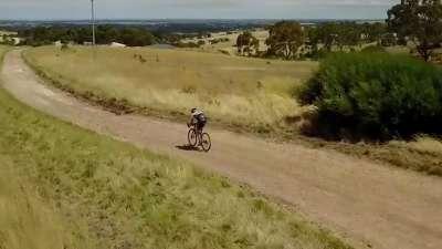 骑游澳洲北部郊区公路 无人荒原感受野性魅力