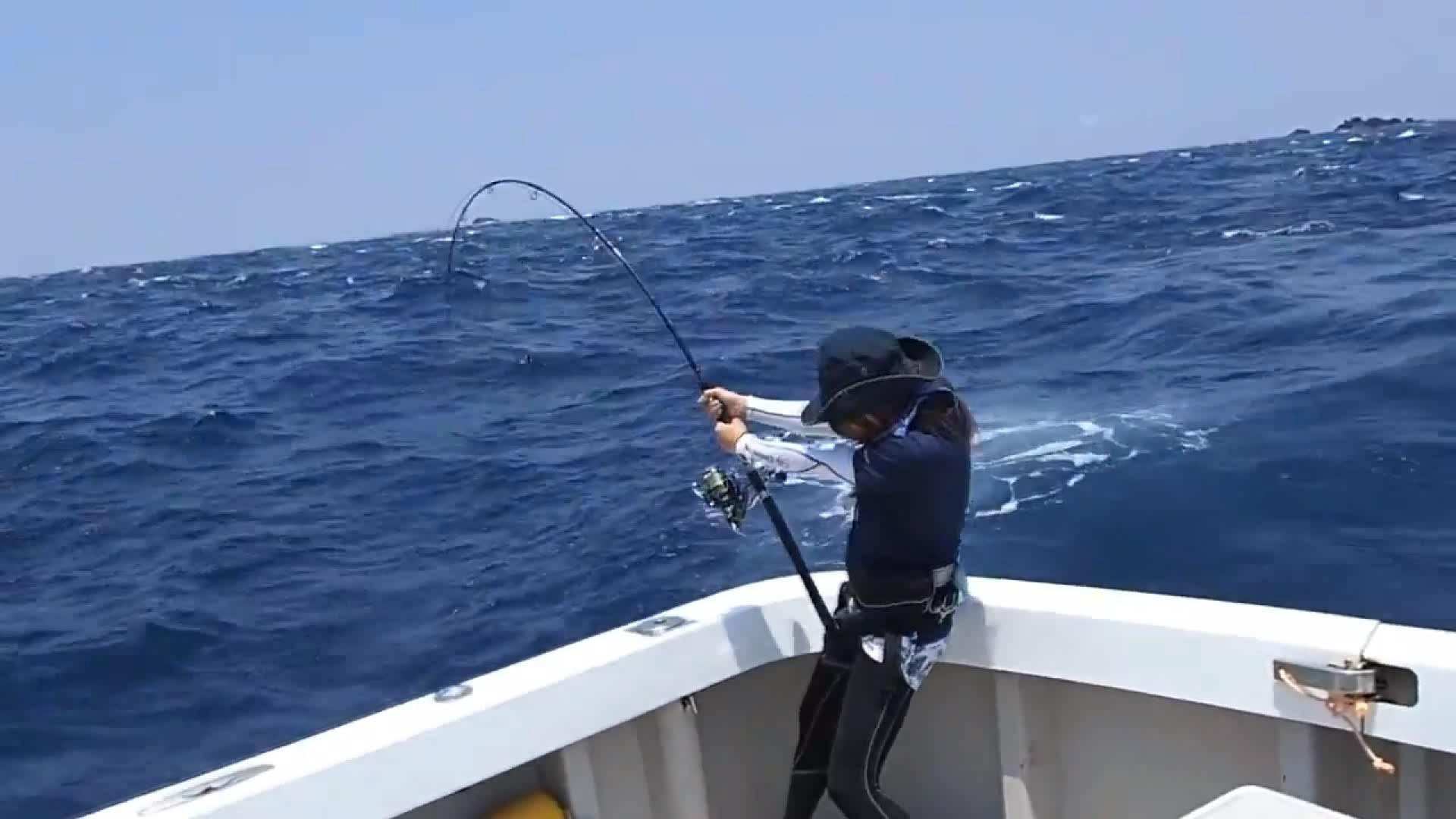 日本漂亮女孩国外钓鱼 力搏大鱼姿势一流儿