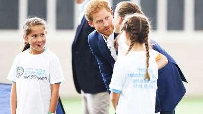 王室驾临!哈里王子访曼城基地与梯队球员交流互动