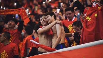 是什么让两个赤裸的男人幸福的抱在一起?国足!