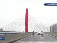 全马领跑选手冲线 面不改色带您领略美不胜收的至喜长江大桥