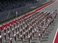 F1美国站赛前表演:鼓乐队拉拉队一样不少!