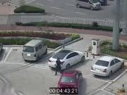 女司机停不进车用手抬 保安大哥竟然这样