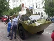 新婚夫妇开装甲车去民政局 领证同时吃罚单