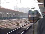 现场实拍:客车K1610进荆门火车站一站台停车