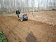 手扶拖拉机带动旋耕机