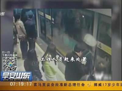 """[视频]父亲""""抢秒""""上地铁 1岁娃手指被夹车门外!"""