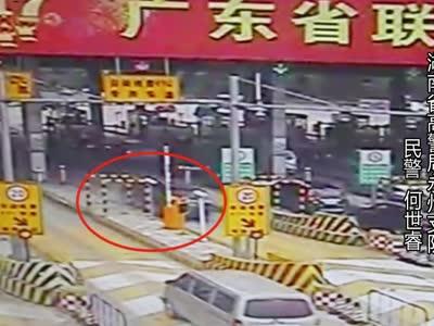 [微视频]司机进收费站开小差 车辆失控冲上安全岛