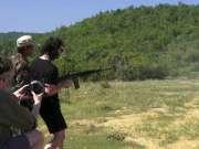 AK47打爆灭火器,女孩枪法奇准玩M16打飞灭火器