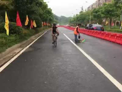 """[视频]衡阳:首届公路自行车赛雨中激情开赛  为""""破风者""""点赞!"""