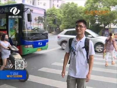 公交司机礼让行人 获行人竖拇指点赞