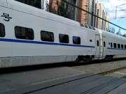 一列上行动车通过沈阳第五中学铁路道口
