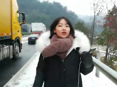 直播回放丨2018湖南第一场雪 红视频记者直击杭瑞高速路面积雪结冰 事故增多