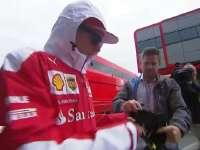 F1英国站FP3赛前:莱科宁装企鹅给车迷签名