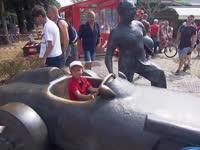 F1意大利站排位赛赛前:小朋友坐赛车雕塑玩耍