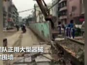 实拍工地围墙瞬间倒塌 过路男子遭掩埋双腿被压断