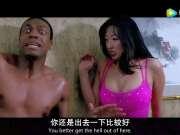 成龙和黑人在澡堂大战一群歹徒,最后全身赤裸被丢在大街上